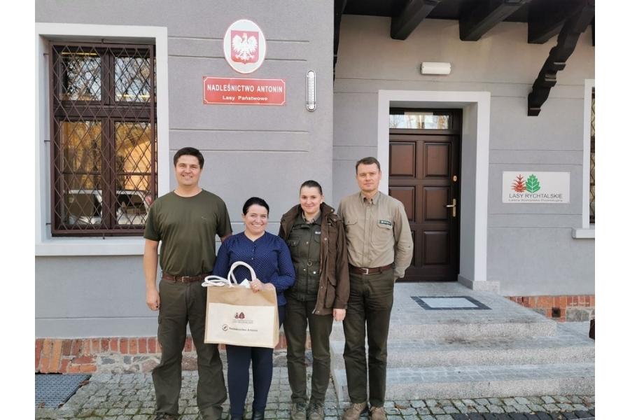 W naszą akcje zaangażowaliśmy leśników z Nadleśnictwa Antonin, którzy chętnie służą pomocą. Tym razem obdarowali nas sadzonkami różnych drzew i krzewów, za co bardzo dziękujemy :) ;)  Foto by Mirek Nowak